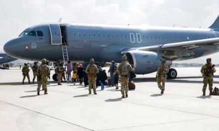 Mujer da a luz a bordo de un avión que huía de Afganistán