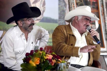 ¿Se le olvidó que su padre está delicado? Hijo de Vicente Fernández es criticado por 'celebrar' con su novia (VIDEO)