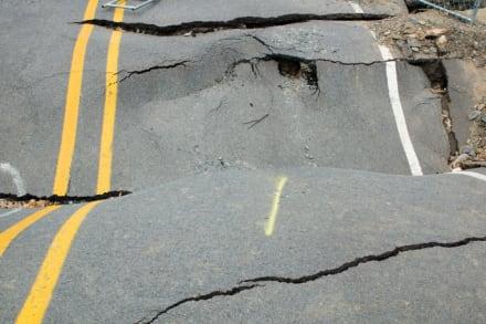 Colapsó carretera en EEUU y dejó 2 muertos y 10 heridos (Fotos)