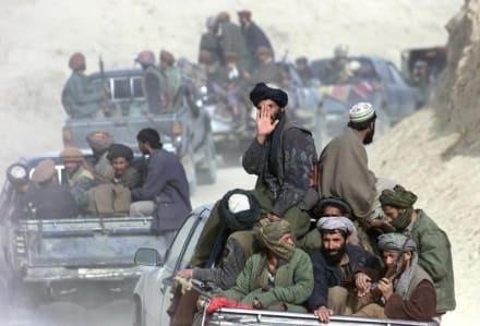 """Talibanes toman instalaciones de TV en pleno programa en vivo al tiempo que denuncian """"ejecuciones casa por casa"""" (Video)"""