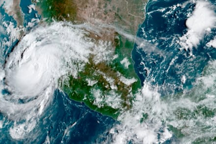 Huracán Olaf desata fuertes lluvias en zona turística de México