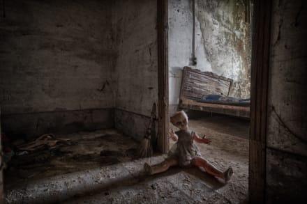 CURIOSO: Maestro halla muñeca con aterrador mensaje de que ella apuñaló a antiguos dueños de su casa
