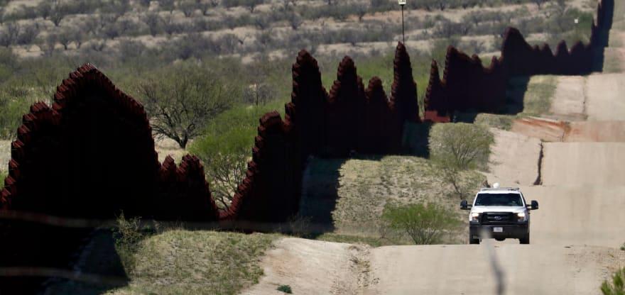 Hallan presunto túnel para contrabando cerca de muro fronterizo en Texas