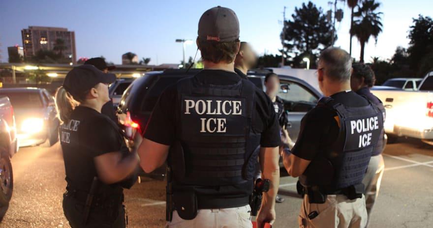 """ICE estaría """"vigilando"""" a inmigrantes a través de matrículas de sus autos"""