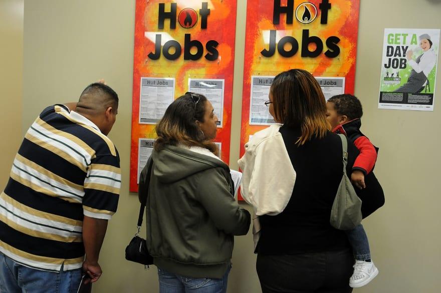 Solicitudes del subsidio por desempleo cayeron a 880,000 la última semana