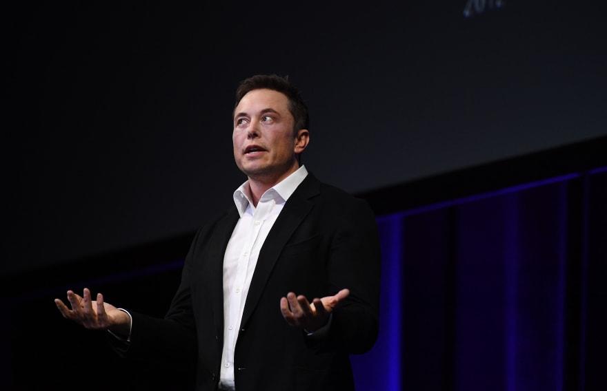 Elon Musk fuma marihuana en plena entrevista y Tesla se desploma