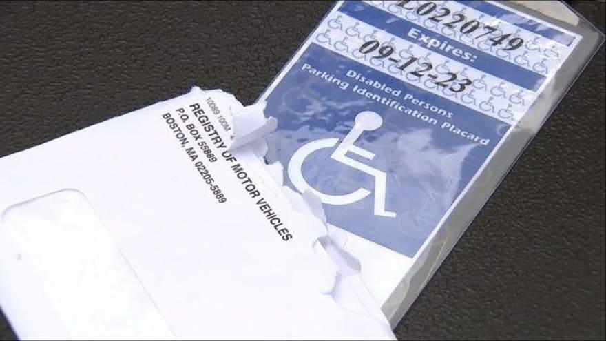 Mujer recibe placa de discapacidad para su suegra, quien murió ¡hace cinco años!