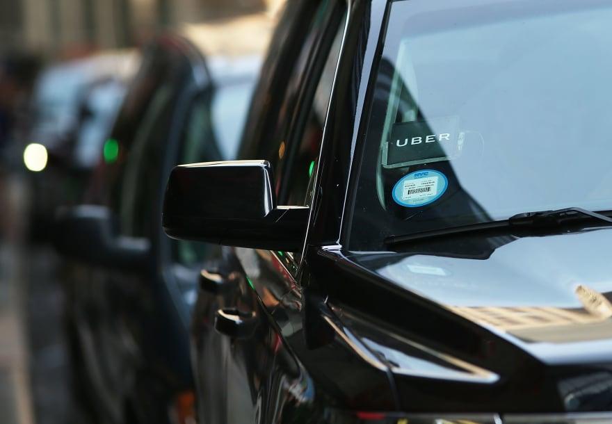 En video viral, pasajera agrede con tacos a conductora de Uber