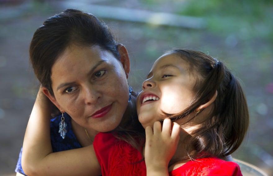 Padres deportados de EE.UU. pueden perder custodia de hijos
