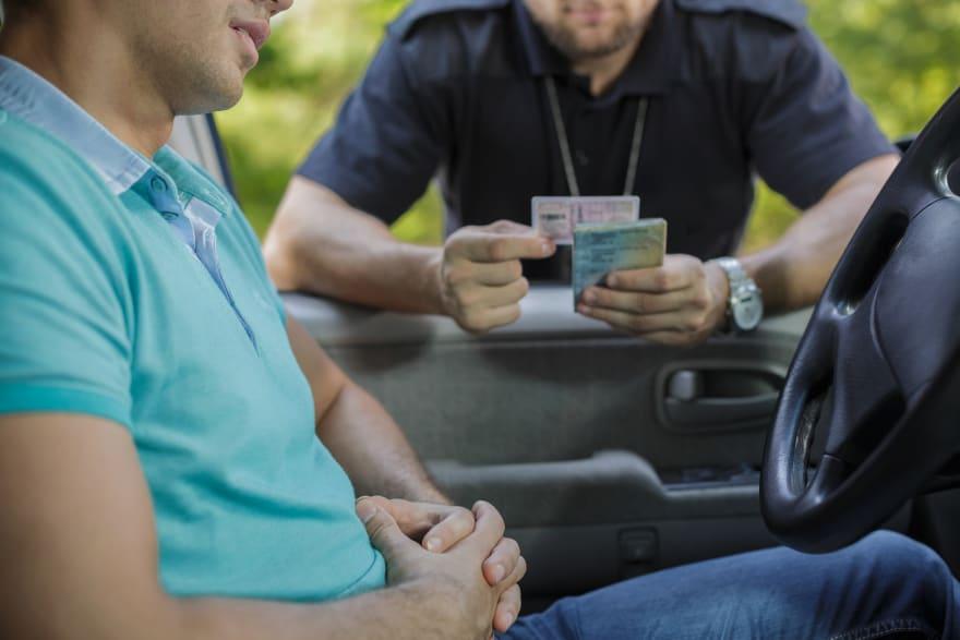 Inmigrantes indocumentados: los peligros de manejar sin licencia