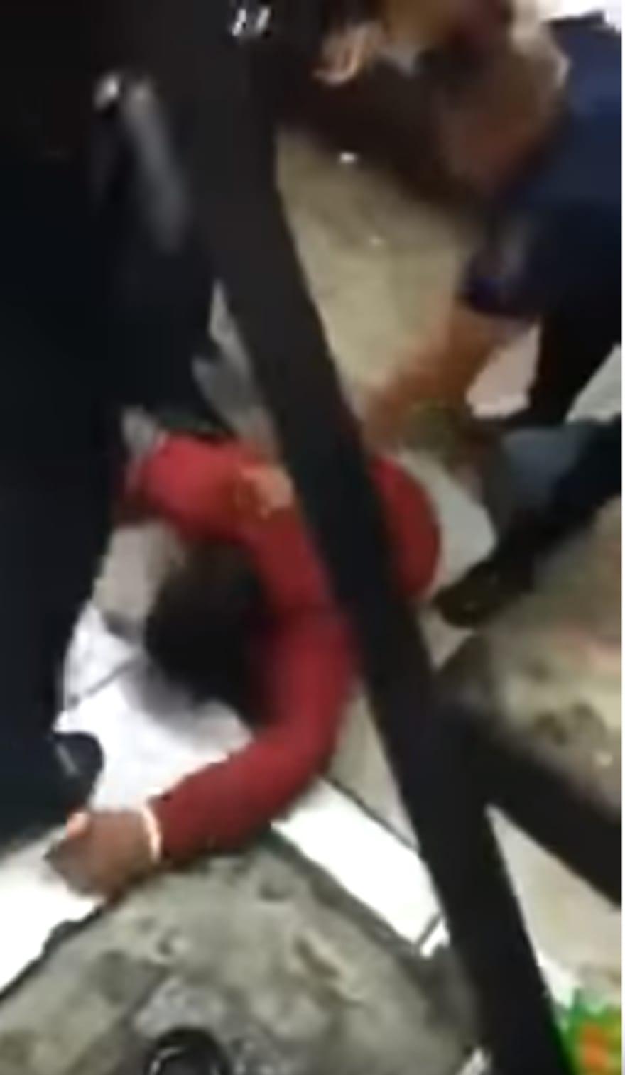 México: Presuntos policías propinan golpiza a un hombre y lo despojan de varios artículos (VIDEO)