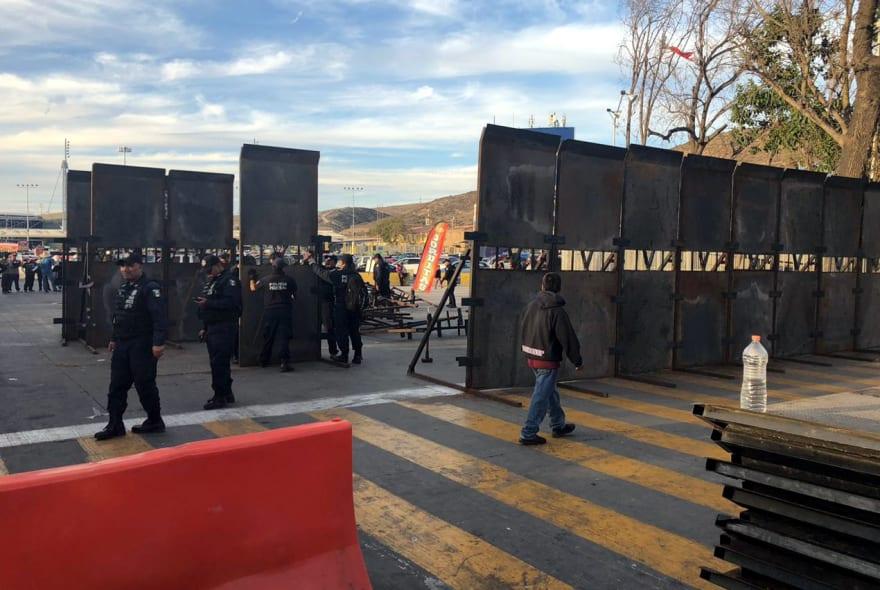 Policía mexicana coloca su propio muro en frontera (FOTOS)