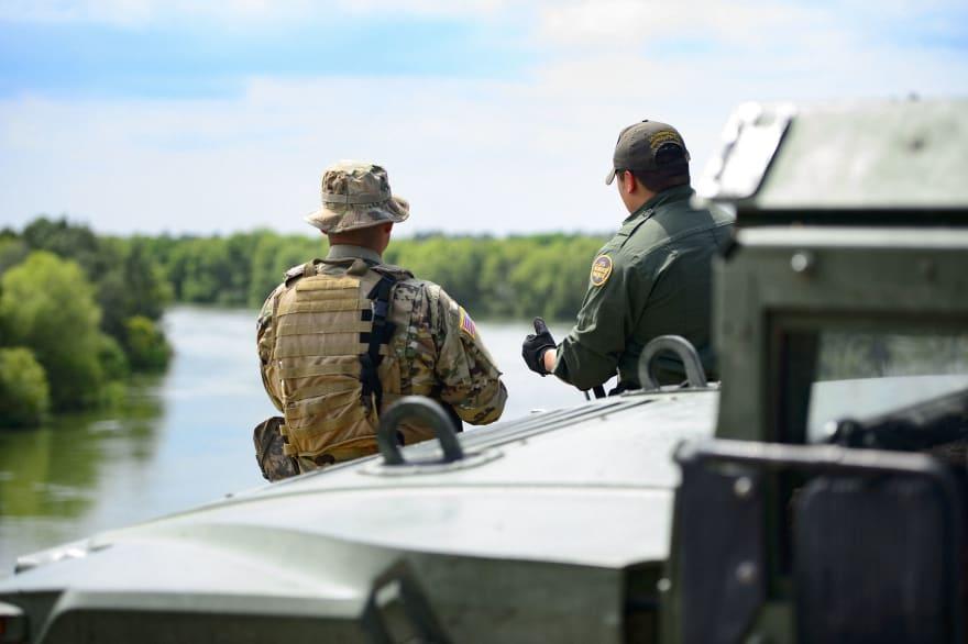 """Trump autoriza a militares a proteger a Patrulla Fronteriza """"si es necesario"""""""