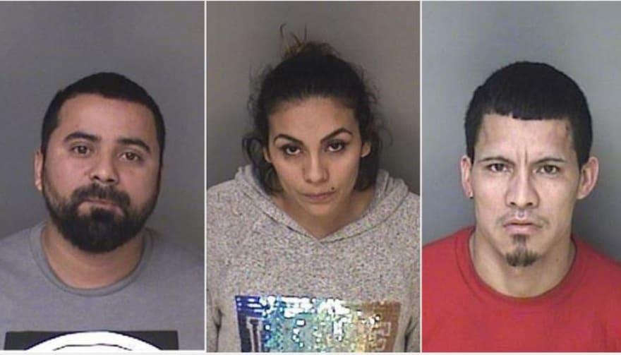 Arrestan a tres indocumentados en un mall por presunta posesión de drogas