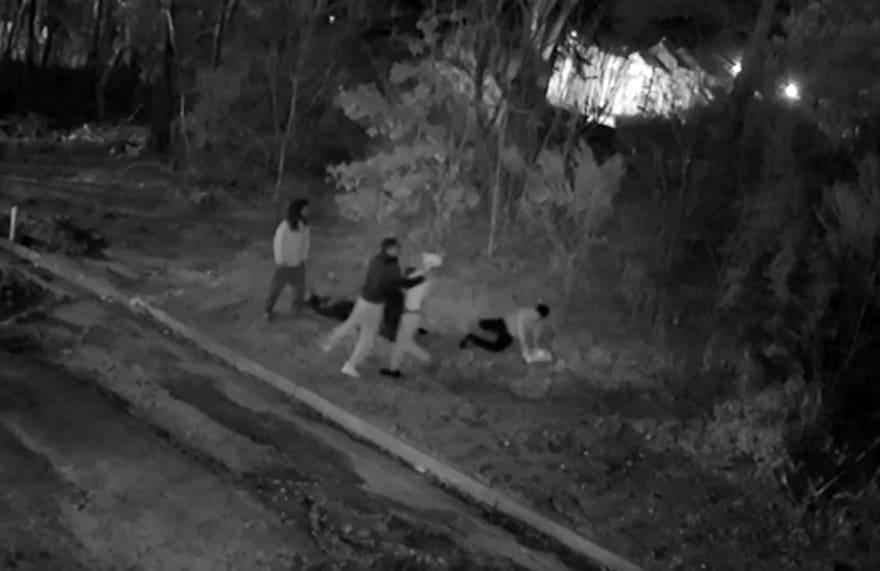 Atracan a punta de pistola a pareja de hispanos (VIDEO)