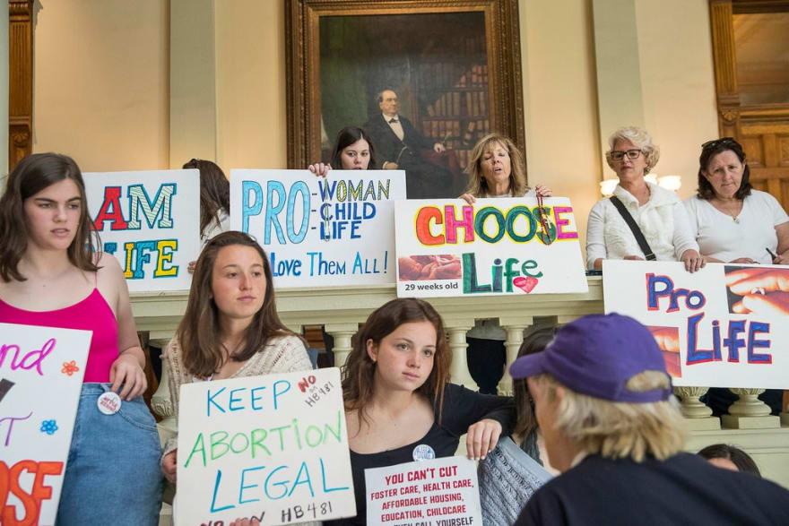 En medio de protestas, gobernador de Georgia firma polémica ley contra aborto