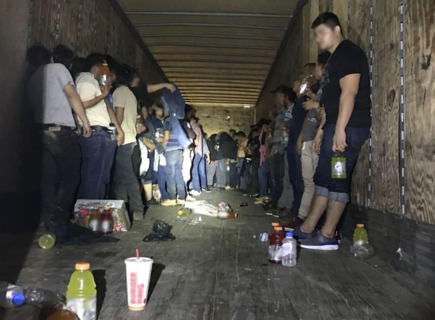 Rescatan a 120 inmigrantes hispanos encerrados en un camión en Texas