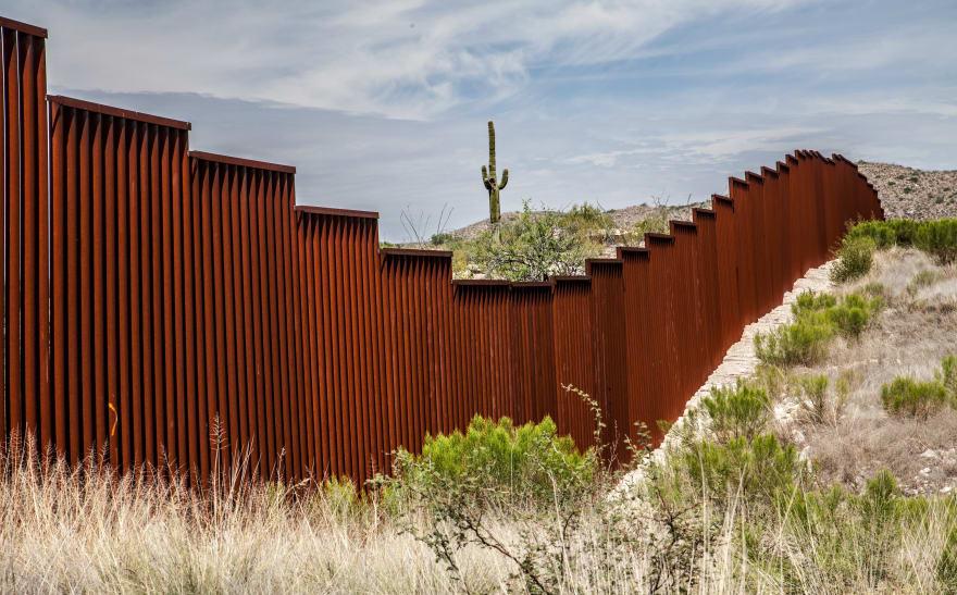 Cifra récord de migrantes abruma a las agencias fronterizas en EE.UU.