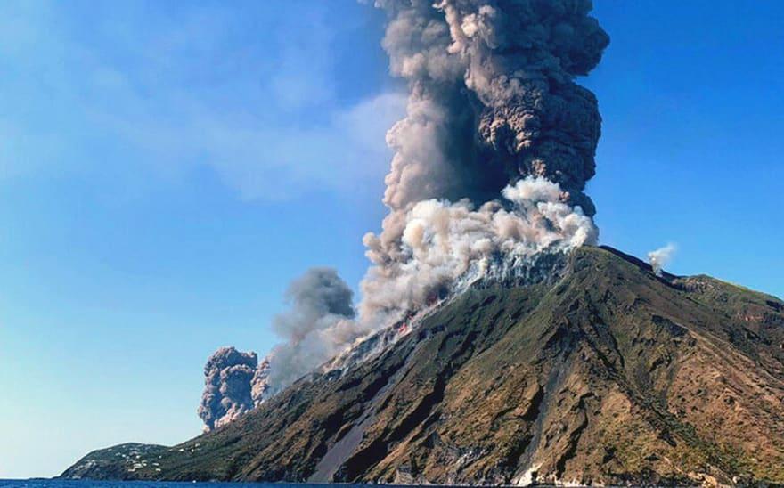 Volcán Stromboli lanza nube mortal y turistas escapan por muy poco