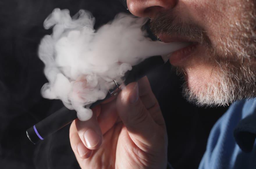 Trump planea prohibir venta de cigarrillos electrónicos con sabores
