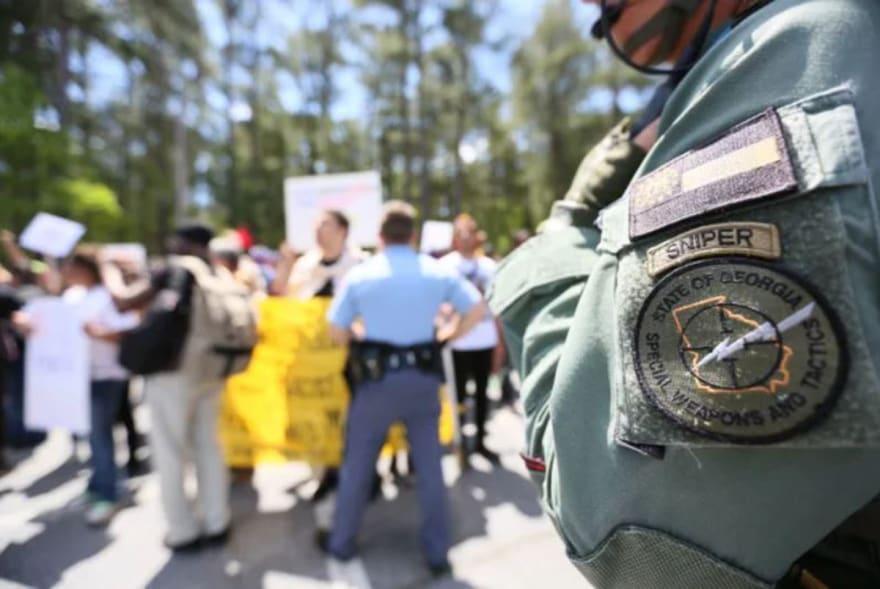 Supremacistas son superados por adversarios en plena manifestación
