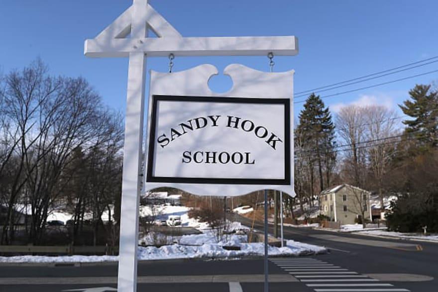 Evacúan escuela de Sandy Hook justo en sexto aniversario de masacre