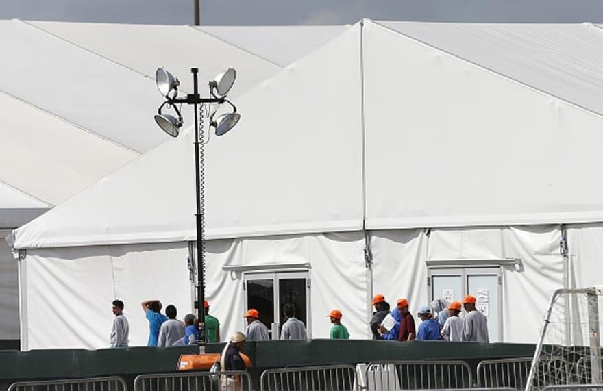 Centro de detención en Arizona impresiona a migrantes: Dan burritos, frutas y mucho más