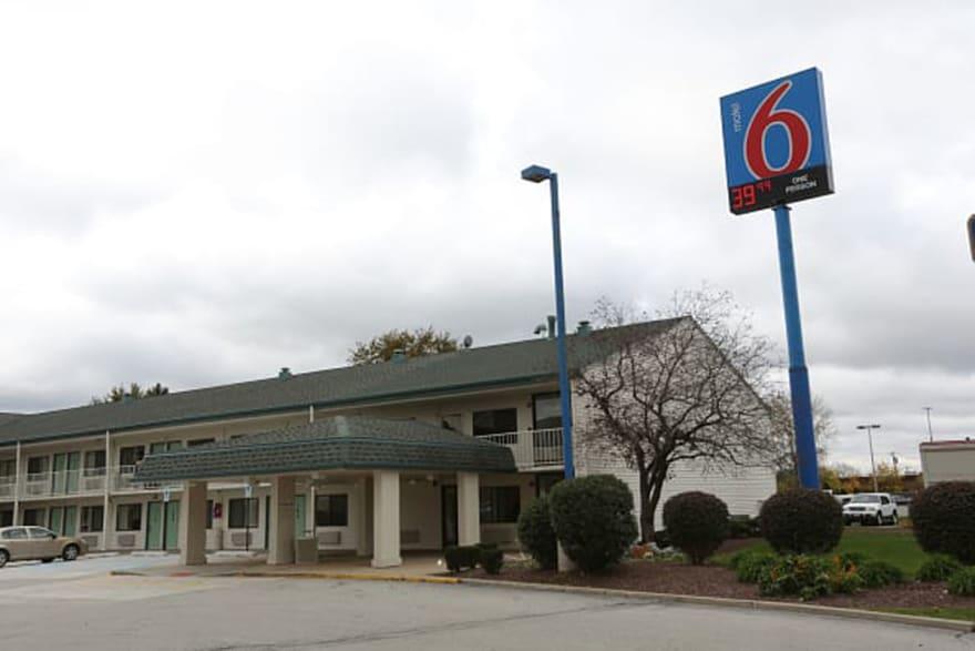 Juez aprobaría acuerdo de $10 millones contra Motel 6 por revelar datos a ICE