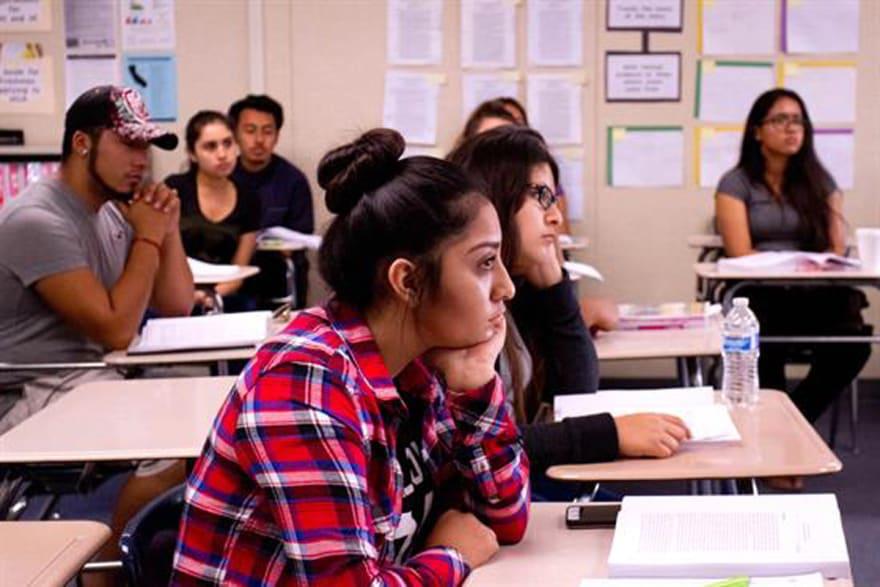 Universidades fallan en inscripción y graduación de estudiantes latinos, según un estudio