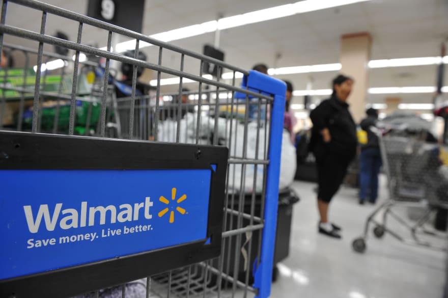 Gringo afirmó tener coronavirus mientras caminaba por Walmart sin importarle nadie (VIDEO)