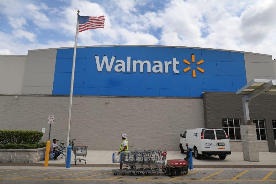 Walmart convierte en cines al aire libre varios de sus estacionamientos ante pandemia del coronavirus