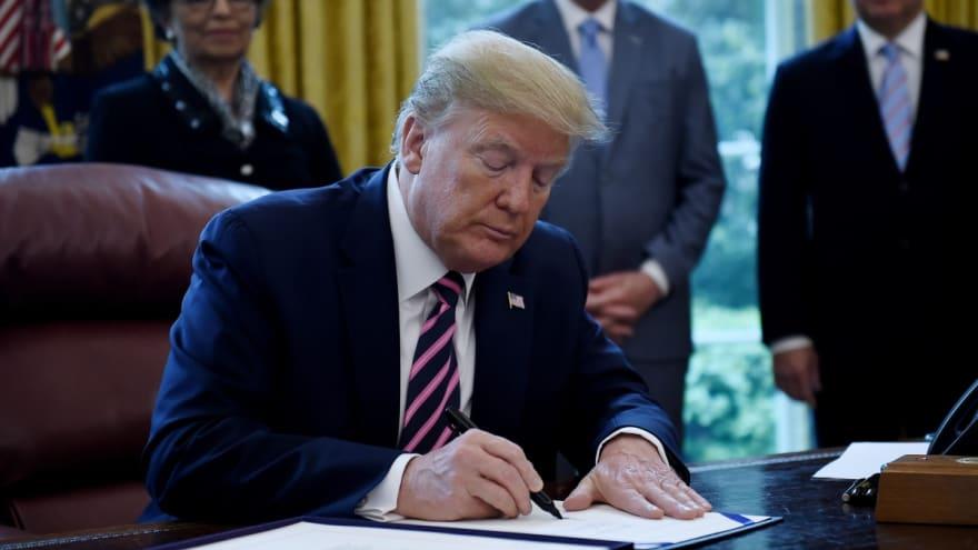 Trump firma orden ejecutiva con la que limita protección legal a las redes sociales