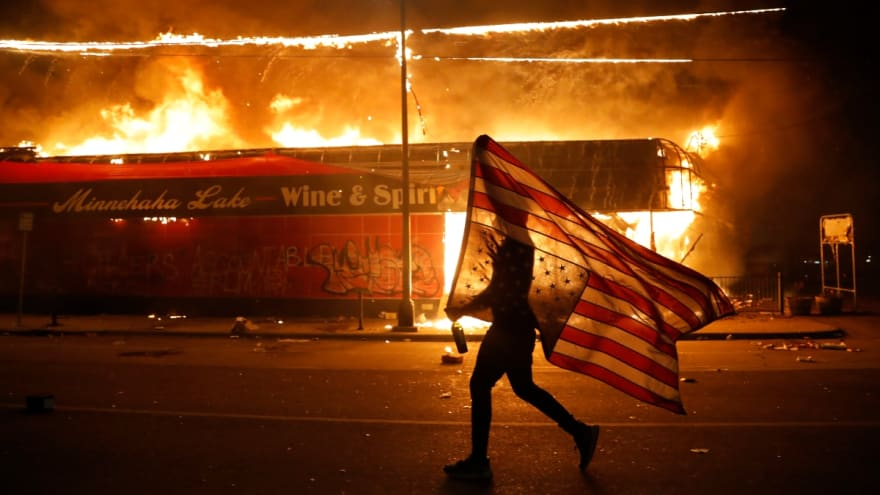 Reportan que grupo supremacista blanco se infiltró en protesta contra el crimen racista (VIDEO)