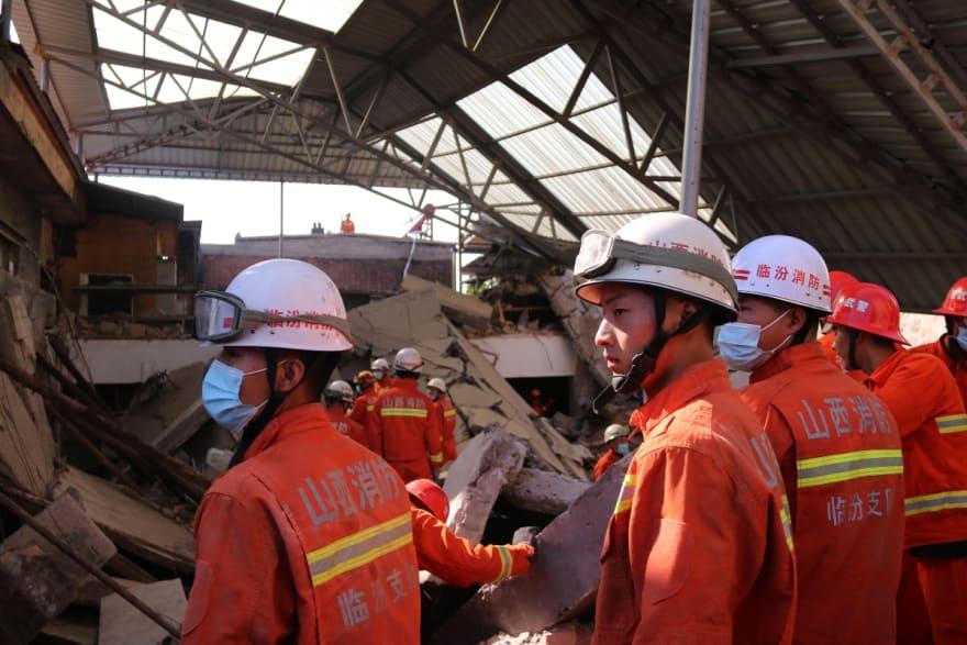China: Suman 29 muertos por derrumbe de restaurante durante fiesta