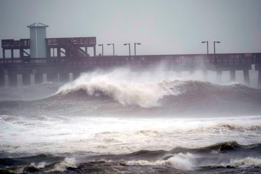 Huracán Sally toca tierra y causa desastres a su paso