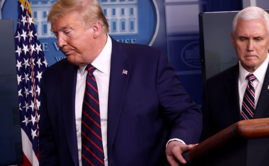 Trump se retira abruptamente de conferencia por llamada de emergencia