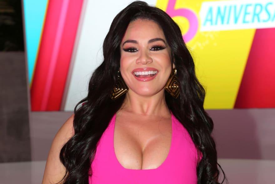 Casi se le salen las bubis a La Veneno Sandoval por ajustado bikini que no dejó mucho a la imaginación (VIDEO)