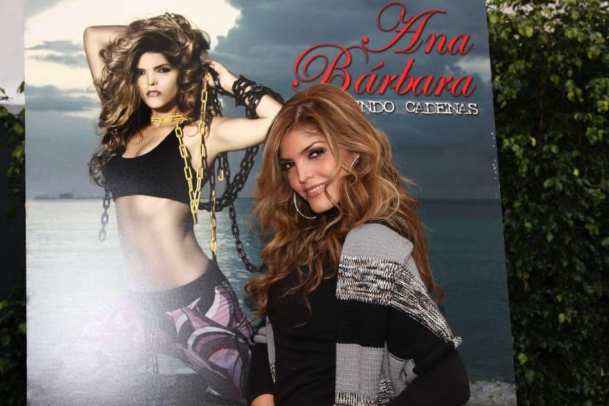 Con una blusa de cierre, Ana Bárbara por poco la 'revienta' y se le salen los pechos (FOTOS)
