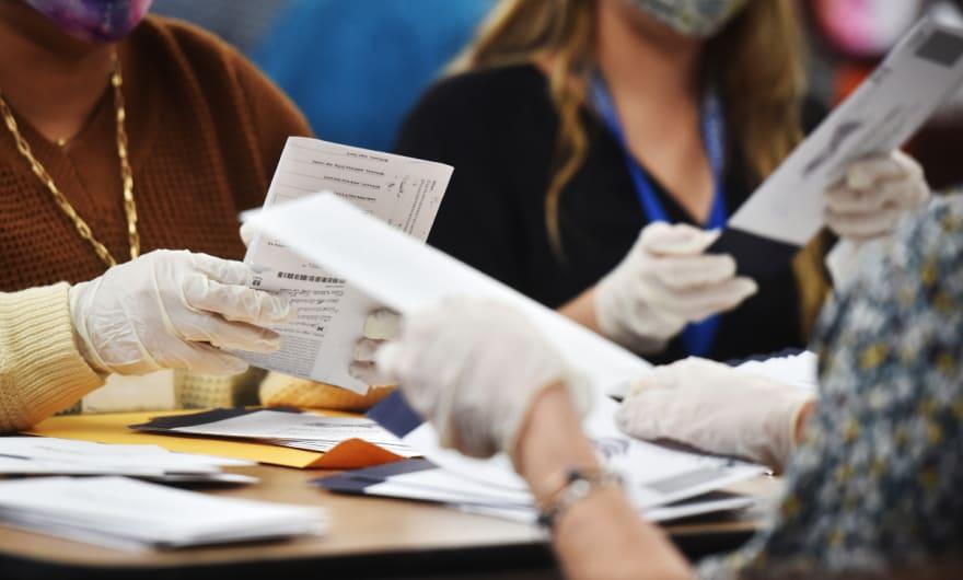 """Descubren 2,600 votos """"sin contar"""" tras recuento manual en Georgia"""