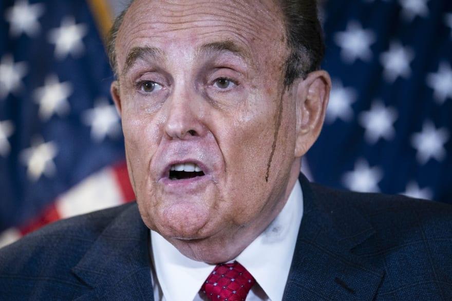 Rudolph Giuliani pasa vergüenza en plena entrevista: Se le despinta el cabello (FOTO Y VIDEO)