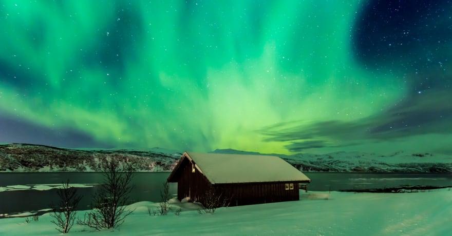 Familia en el ártico diseña su casa en un domo geodésico solar