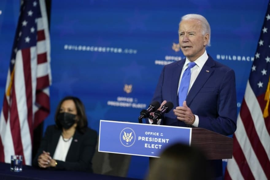 Biden le pide a Fauci que siga con él como principal experto en equipo contra coronavirus