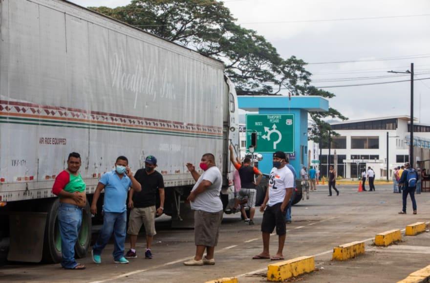 Patrulla fronteriza detiene a más de 200 inmigrantes en tráileres