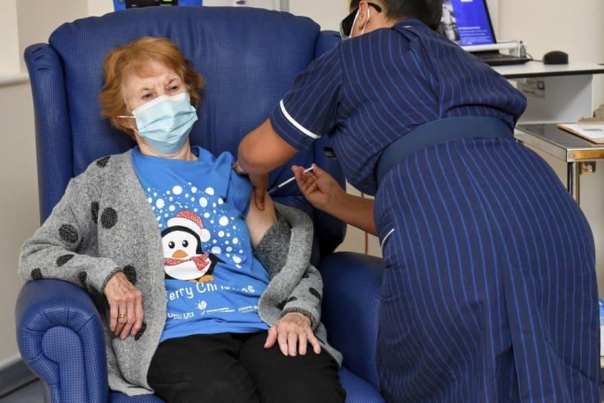 Mujer de 90 años se convierte en la primera del mundo en recibir la vacuna de Pfizer contra el coronavirus