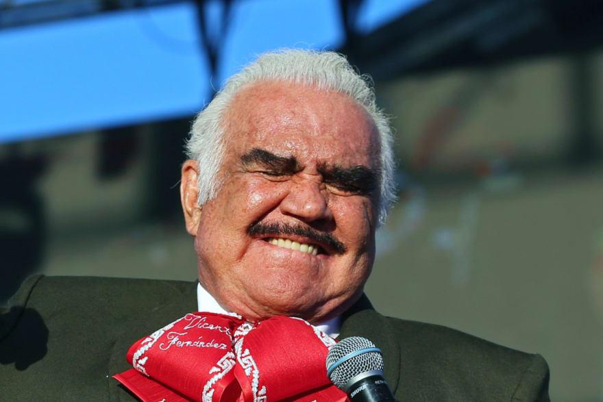 En una foto junto al legendario cantante, Vicente Fernández Jr deja en claro el estado de salud de su papá (FOTO)