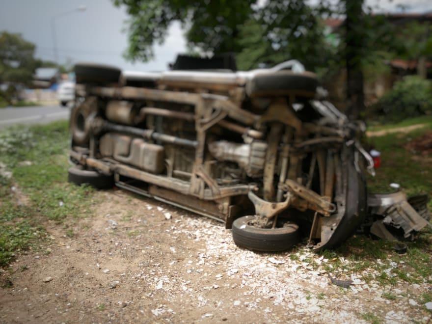 Se mató al chocar con un Dodge Charger por conducir en carril equivocado