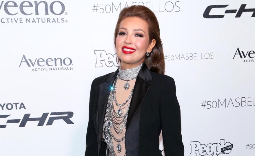 Thalía muestra su cuerpazo en traje de baño a sus 48 años 'haciendo el amor' (VIDEO)