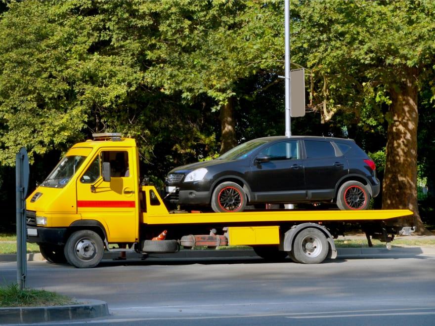 Carro mal sujetado cayó de una grúa sobre otro auto (VIDEO)