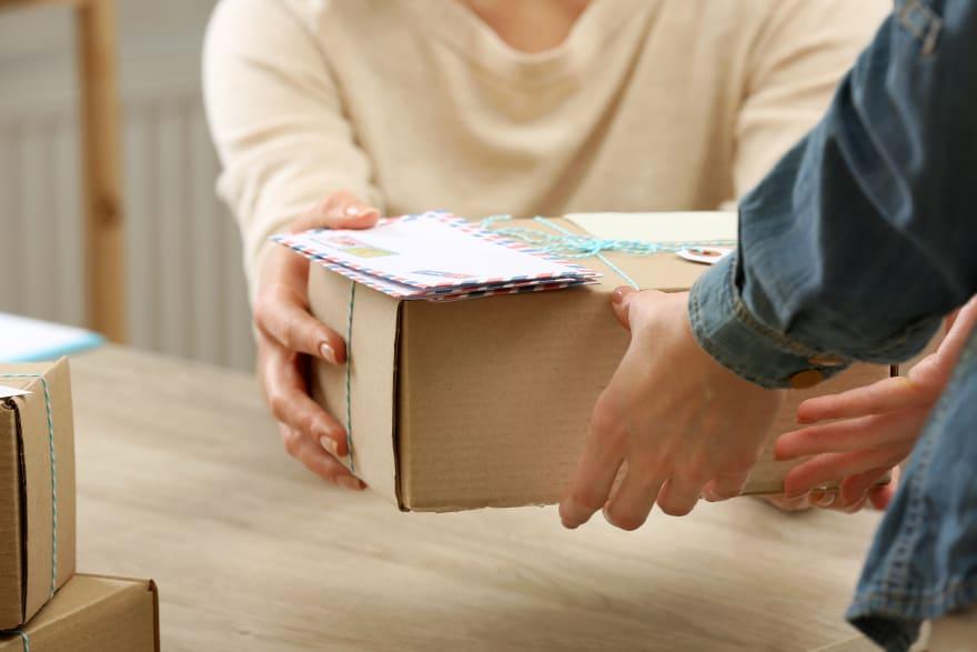 Empleada postal robó más de 6,000 tarjetas de felicitación que tenían dinero