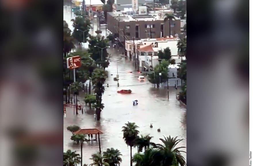 Sorprendente inundación arrastra autos en Sinaloa (VIDEO)
